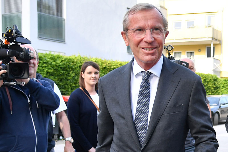 Wilfried Haslauer mit Fernsehkameramann