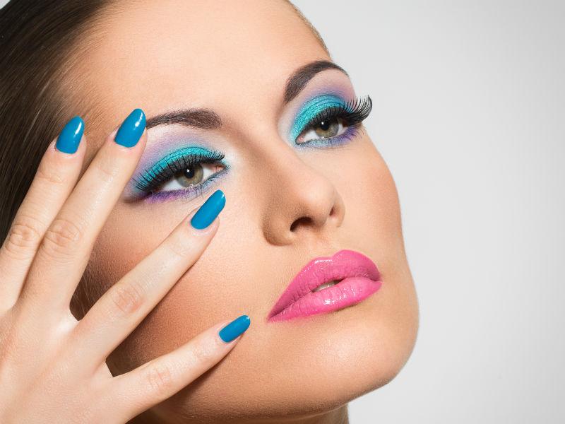 Frau blaue Nägel Make-up blau
