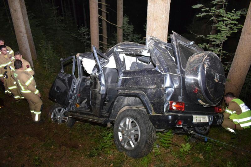 Abgestürztes Auto im Wald