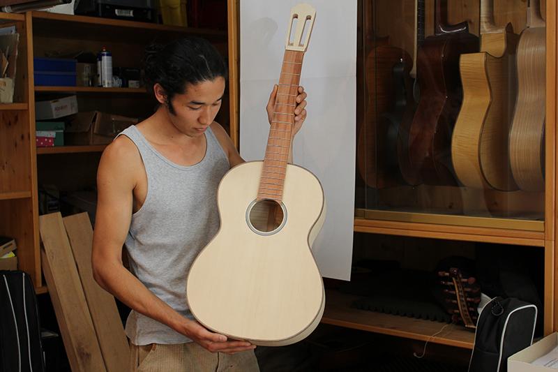 Der iranische Gitarrenbau-Lehrling Abbas arbeitet an seiner ersten Gitarre