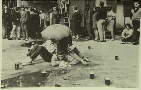 Pivní zátiší - jeden z happeningů Eugena Brikciuse. On sám je uprostřed.