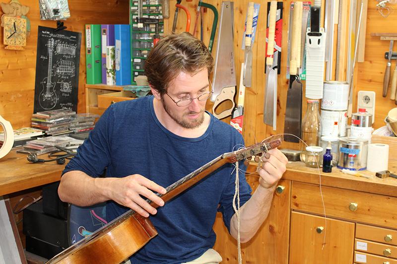 Christoph Seewald bei seiner Arbeit in der Gitarrenwerkstatt