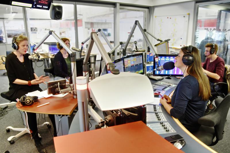 Moderatorin Conny Deutsch (re.) im Mittagszeit-Studio mit Gästen