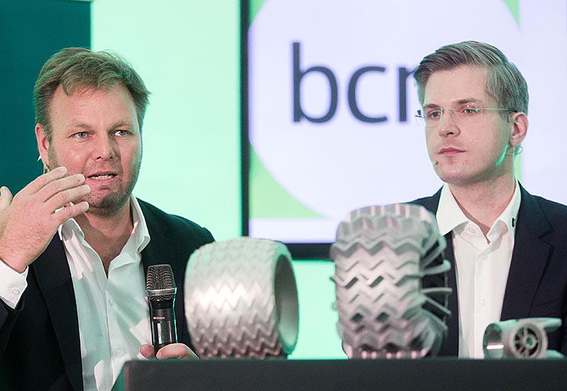 Ulrich Schwarze (Audi) und Robert Boehme (R), Chef des Berliner Start-ups Part-Time-Scientists