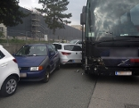 Defekter Reisebus beschädigt Pkw
