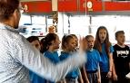 Schulkinder singen im Radio Tirol Studio