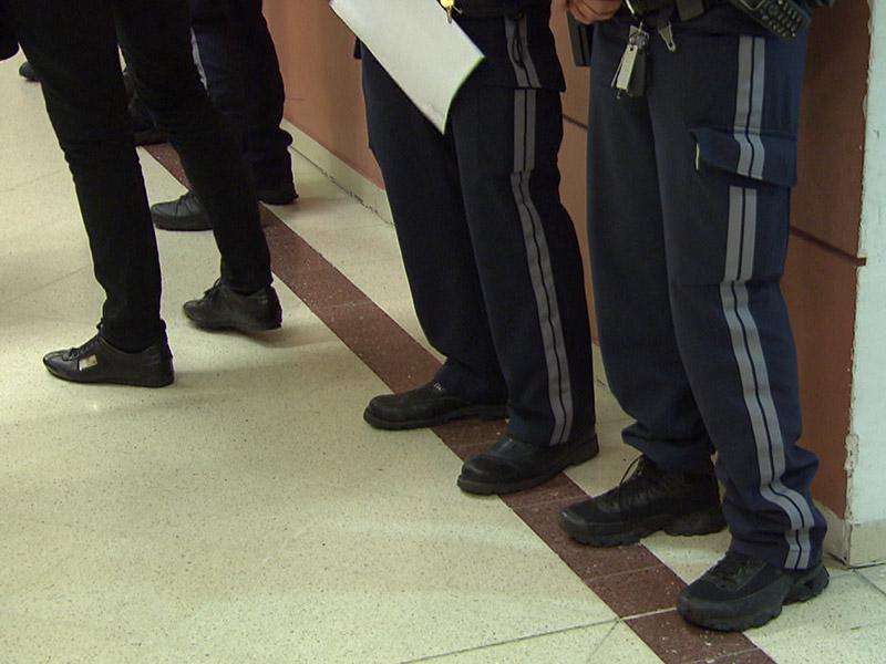 Füße Polizisten und Opfer