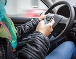 SMS-Tippen am Steuer eines Autos