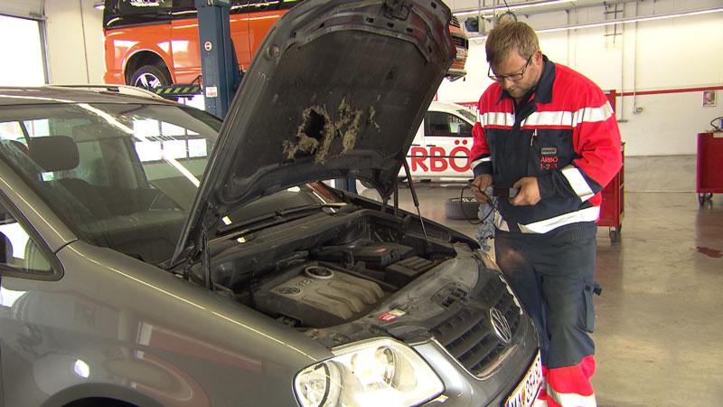 Auto und Mechaniker in der Werkstatt