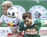 Kopfball duell Gulbrandson und Petsos
