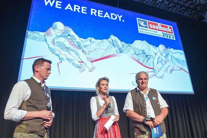 Saalbacher WM Bewerber bei Präsentation auf FIS Kongress mit Ex-Skirennläuferin Alexandra Meißnitzer und Landesskiverbandspräsident Bartl Gensbichler (rechts)