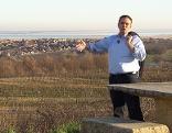 Josef Schuller vor Weingärten im Ruster Hügelland
