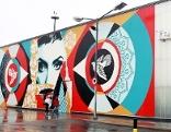Künstler Shepard Fairey am Wiener Flughafen, wo er sich mit einem riesigen Wandgemälde verewigte.