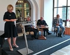 Velvyslankyně Ivana Červenková vítá hosty diskuze.