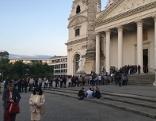 """Besucherschlange vor der Karlskirche bei der """"Langen Nacht der Kirchen"""""""