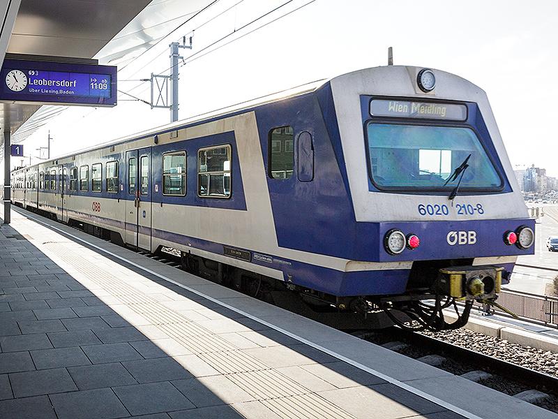 Schnellbahn-Garnitur in Wien-Floridsdorf