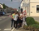 """Verkehrssicherheitskampagne, Kinder stellen das warnschild """"Max"""" auf"""