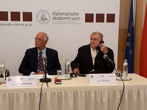 moderátor debaty a Vladimír Mečiar ve Vídeňské diplomatické akademii