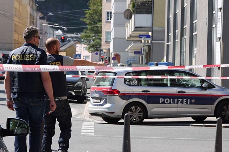 Polizeiautos und Absperrbänder an Tatort