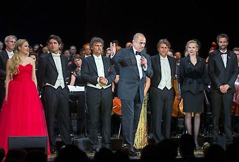 Life Ball-Organisator Gery Keszler mit den Künstlern während des Schlussapplauses anl. des Life+ Celebration Concert am Freitag, 1. Juni 2018, im Burgtheater in Wien