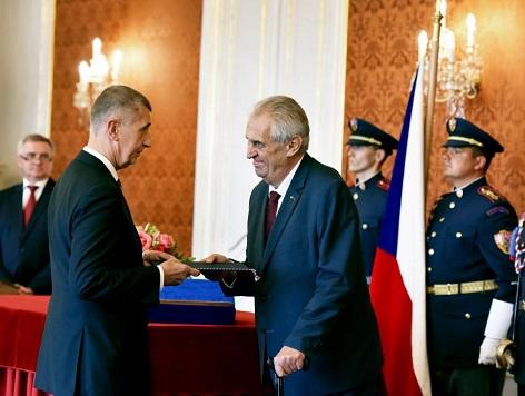 Prezident Zeman předává novému premiérovi listiny