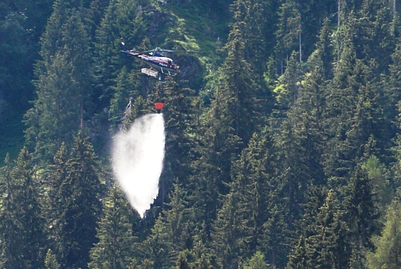 Hubschrauber bei Waldbrand-Einsatz