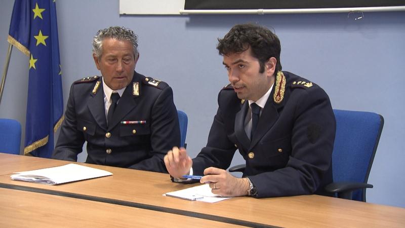 Zwei Polizisten bei der Pressekonferenz