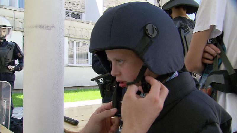 Kind darf eine Polizeiuniform anziehen