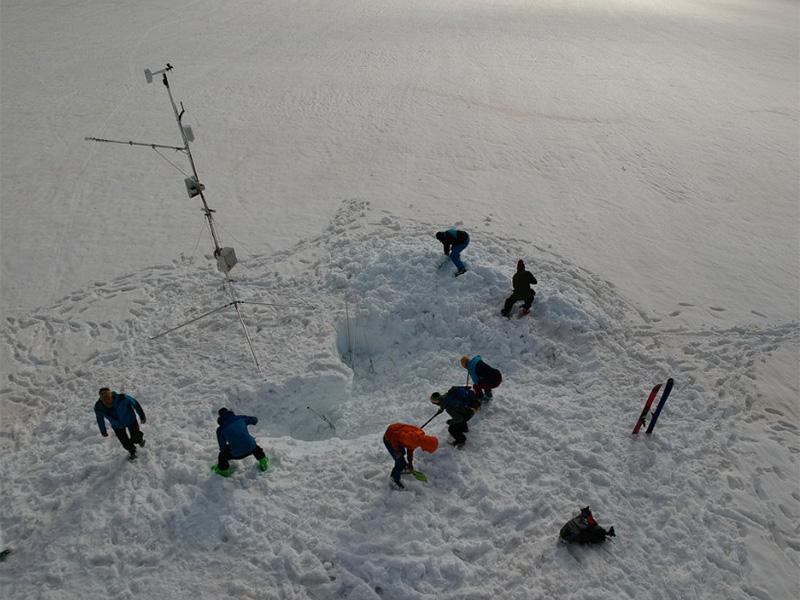 Experten bei Schneemessung