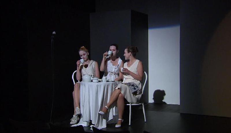"""Drei schöne, weiß angezogene Damen, sitzen am Kaffeetisch und verkörpern den Chor der Korintherinnen im Stück """"Medea"""" im Theater im Kürbis"""