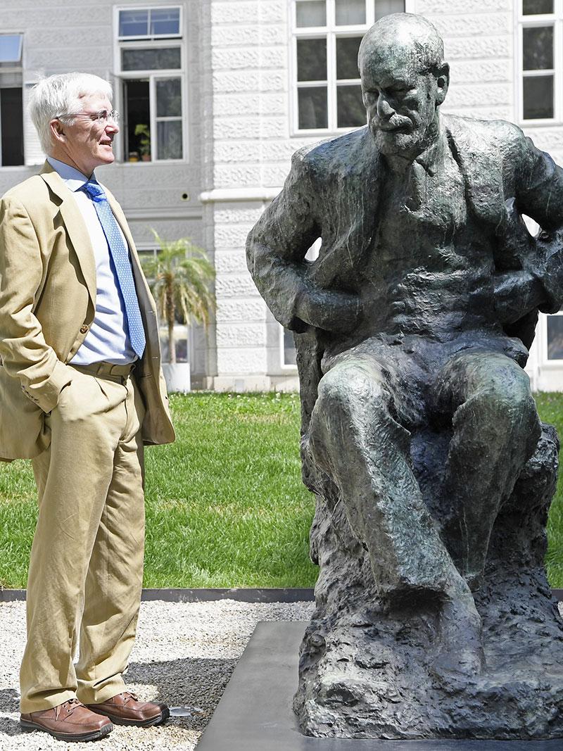 David Freud (Ur-Enkel von Sigmund Freud)  neben dem Denkmal