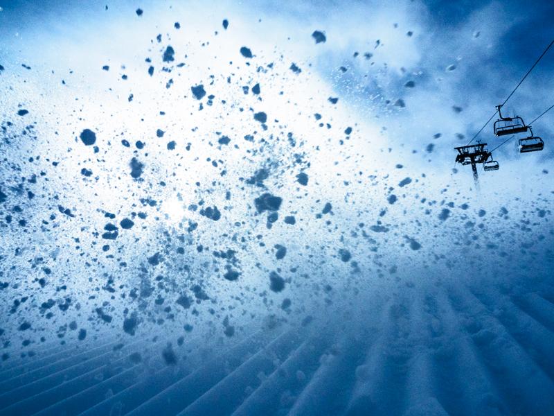 Schneestaub auf Skipiste