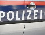Schriftzug Polizei auf Auto