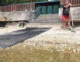 Trockenheit führt zu sehr niedrigen Wasser- und Seepegeln - Lokführer Hannes Bann reinigt Strandbad der Gewerkschaft Vida