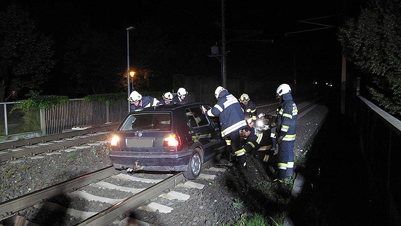 PKW auf Bahngleis: Betrunkener mit Riesenglück