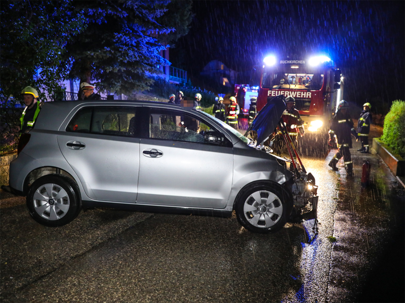 Auto gegen Baum