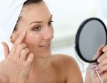 Frau älter Haut Pflege