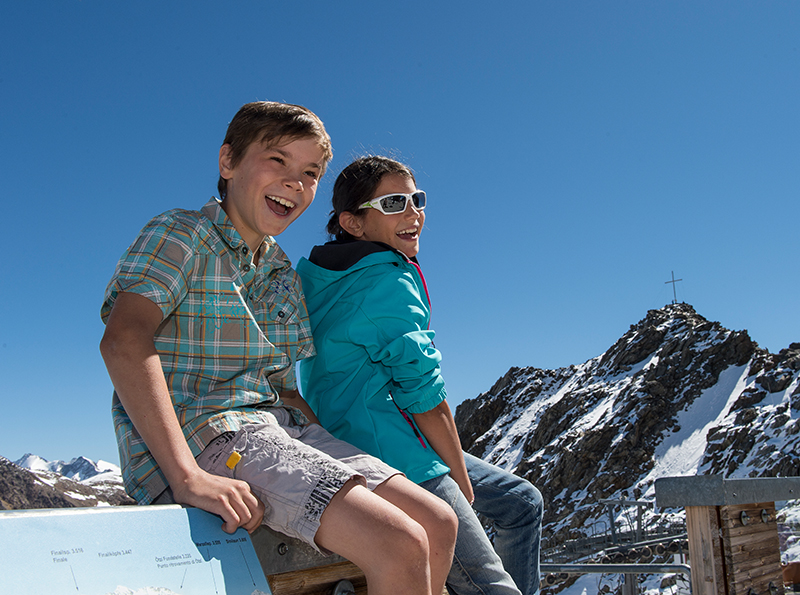 Kinder am Schnalstaler Gletscher