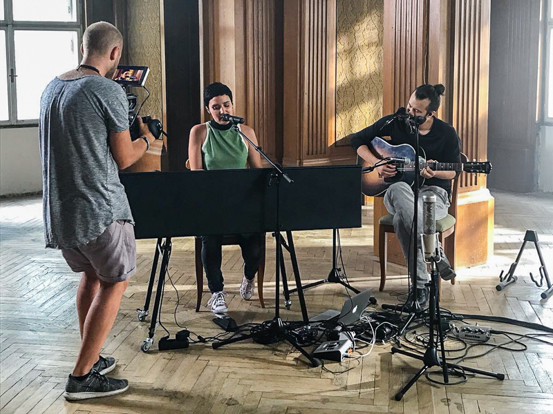 One Take Sessions mit Ina Regen (am Klavier) Florian Cojocaru (re.) und Filmemacher Kevin Rieseneder