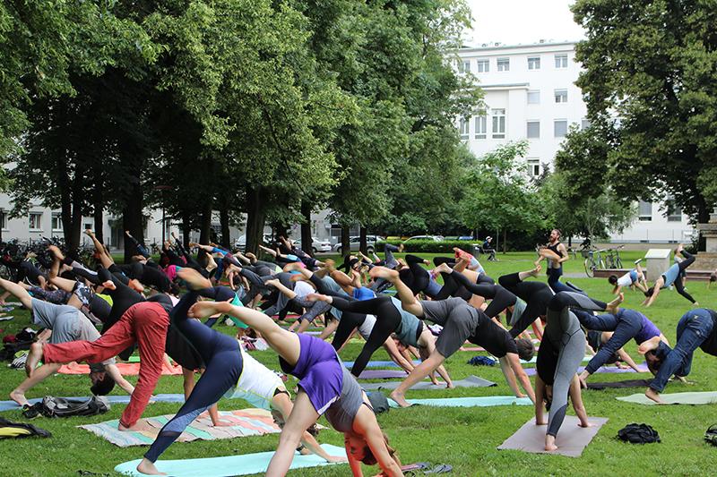 Yoga im Volksgarten