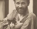 MORIZ NÄHR   Gustav Klimt im Malerkittel und mit Katze   1911 © Leopold Privatsammlung