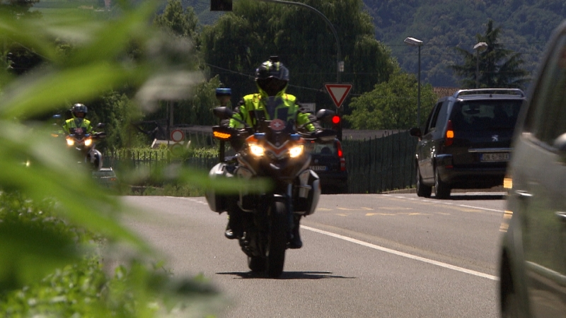 Zwei Motorradsanitäter sind auf einer Landstraße unterwegs, von vorn gefilmt, einer weiter hinten