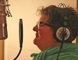 Christine Abdel-Halim vor Mikrofon