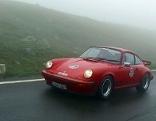 Alter Porsche Sportwagen bei Nebel auf der Großglockner Hochalpenstraße