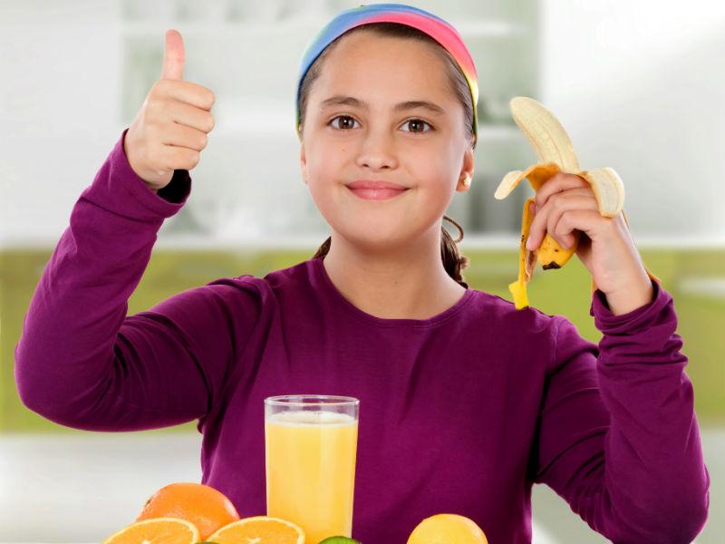 Kind mit Banane und Saft
