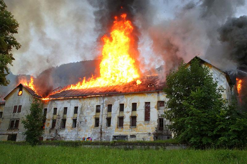 Brennendes Brauereigebäude in Koppl Guggenthal