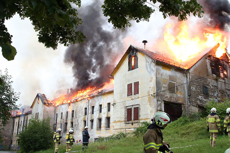 Brennendes Brauereigebäude in Koppl Guggenthal mit Feuerwehrleuten