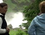 Asthmatikern mit Wasserfall und Betreuerin