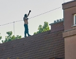 Mann auf Dach