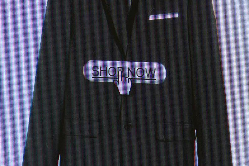 """Mauszeiger mit Anzug in Onlineshop mit Schriftzug """"Shop now"""""""